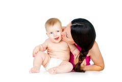 Madre que besa al bebé imagen de archivo libre de regalías