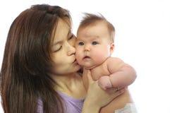 Madre que besa al bebé recién nacido Fotografía de archivo