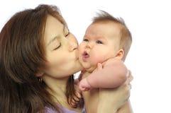 Madre que besa al bebé recién nacido Foto de archivo libre de regalías