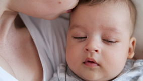 Madre que besa al bebé recién nacido almacen de metraje de vídeo