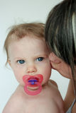 Madre que besa al niño Imagen de archivo libre de regalías