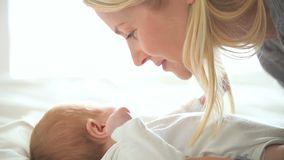 Madre que besa a su bebé almacen de metraje de vídeo