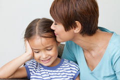 Madre que besa a su hija Fotografía de archivo libre de regalías