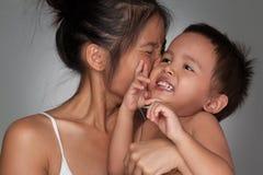 Madre que besa a su hijo Imagen de archivo