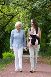 Madre que camina al aire libre con la abuela y el bebé Imágenes de archivo libres de regalías