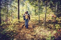 Madre que camina con el bebé - retro, descolorado Fotografía de archivo libre de regalías