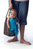 Madre que celebra al bebé en un bolso de compras Imagen de archivo