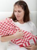 Madre que celebra al bebé recién nacido Imagenes de archivo