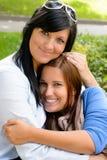 Madre que celebra a la hija adolescente en sus brazos Fotografía de archivo