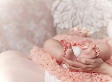 Madre que celebra a pies de su primer niño fotografía de archivo libre de regalías