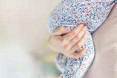 Madre que celebra a poco bebé a mano en dormitorio Niño que lleva de la mamá interior Niño infantil que duerme en la mano de la m imágenes de archivo libres de regalías