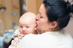 Madre que celebra poco grieta Fotografía de archivo