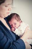 Madre que celebra a su bebé recién nacido imágenes de archivo libres de regalías