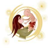 Madre que celebra a un bebé en sus brazos Fotos de archivo libres de regalías