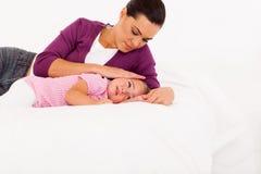 Madre que conforta al bebé gritador Imagenes de archivo