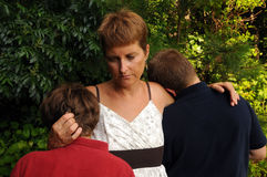 Madre que conforta a hijos Foto de archivo libre de regalías