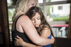 Madre que conforta la sala de estar de la hija adolescente Foto de archivo