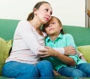 Madre que consuela al hijo adolescente triste Imagen de archivo libre de regalías