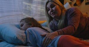 Madre que consuela a la hija triste almacen de metraje de vídeo