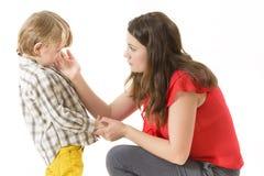 Madre que consuela a su niño Imagen de archivo