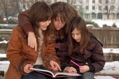 Madre que enseña a sus hijas foto de archivo libre de regalías