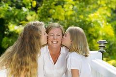Madre que expresa su felicidad con sus hijas Foto de archivo libre de regalías