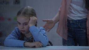 Madre que grita en niña detrás de la ventana lluviosa, mún comportamiento en escuela almacen de video