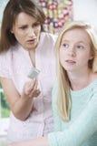 Madre que habla con la hija adolescente sobre la contracepción Foto de archivo