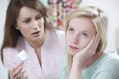 Madre que habla con la hija adolescente sobre la contracepción Imagen de archivo