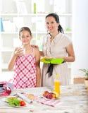 Madre que hace el desayuno para sus niños Foto de archivo libre de regalías