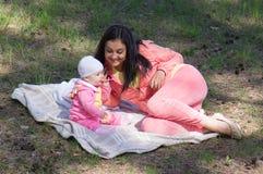 Madre que introduce al bebé infantil foto de archivo