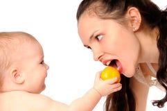 Madre que introduce del bebé Fotos de archivo