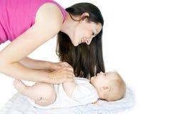 Madre que juega con el bebé fotos de archivo libres de regalías