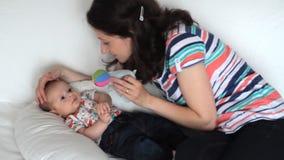 Madre que juega con el bebé metrajes
