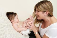 Madre que juega con el bebé Fotos de archivo