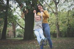 Madre que juega con el niño En el movimiento imagenes de archivo