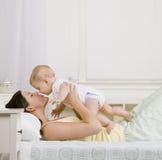 Madre que juega con el pequeño bebé Imagen de archivo libre de regalías