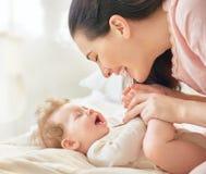 Madre que juega con su bebé Imagen de archivo libre de regalías