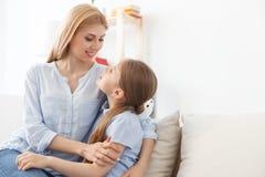 Madre que juega con su hija en casa Fotos de archivo