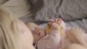 Madre que juega con su hija recién nacida almacen de video