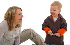 Madre que juega con su hijo Imagen de archivo