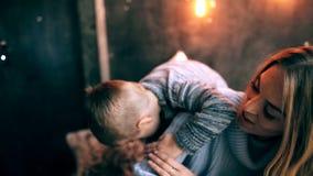 Madre que juega con su hijo almacen de video