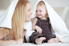 Madre con su niño fotografía de archivo