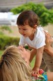 Madre que juega con su pequeño hijo Foto de archivo