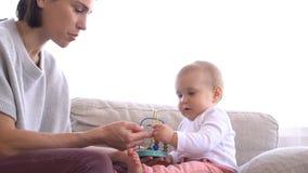 Madre que juega y que enseña a su bebé metrajes