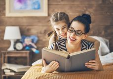 Madre que lee un libro fotografía de archivo