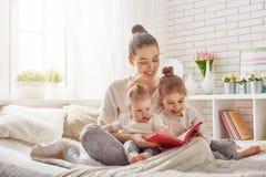 Madre que lee un libro imágenes de archivo libres de regalías