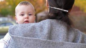 Madre que lleva a su pequeño bebé almacen de video