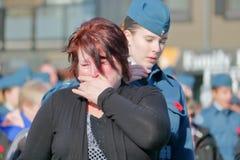 Madre que llora durante día de la conmemoración imagen de archivo
