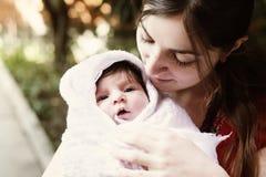 Madre que mira al niño Fotos de archivo